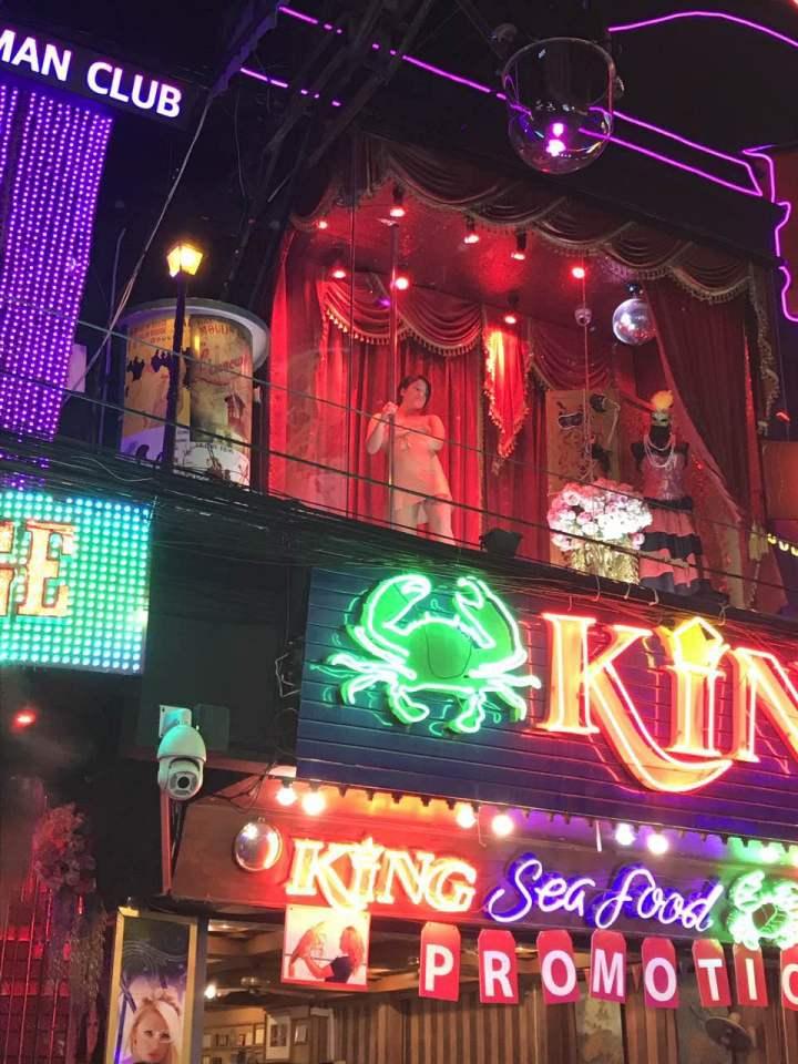 說到泰國,很多人應該會想到人妖、榴蓮或者是夜生活,而芭提雅紅燈區作爲亞洲最大的紅燈區之一,在夜生活上當然更加放縱和堕落了。