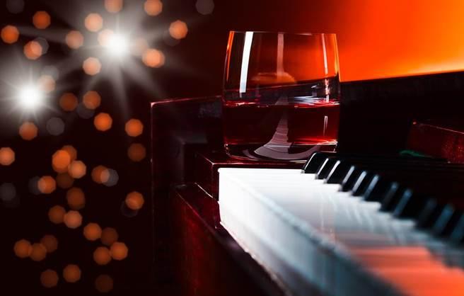 外界大家會把鋼琴酒吧跟酒店視為一樣的呢?