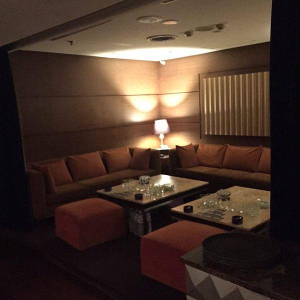 鋼琴酒吧環境就像是夜店